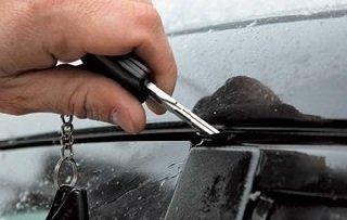 Как быстро разморозить замки и двери автомобиля