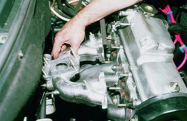 Впускной коллектор двигателя автомобиля