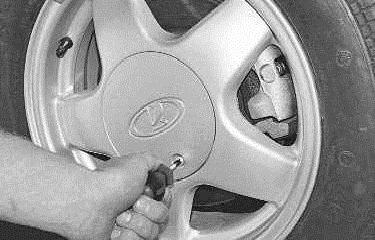 Как снять колпак с колеса без повреждения