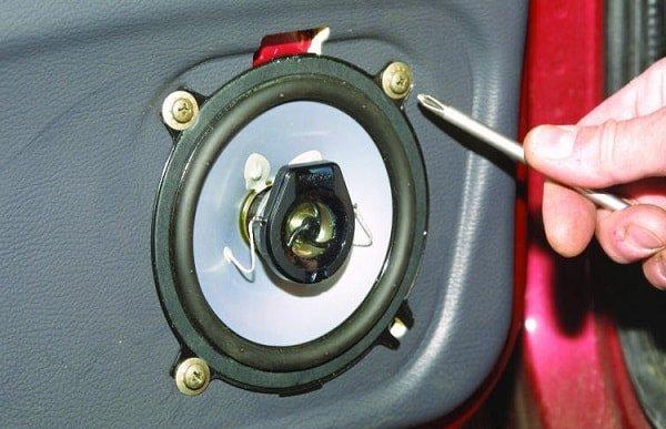 Установка акустического экрана, динамиков в передних дверях авто