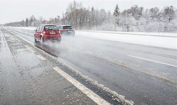 Опасность скользких дорог в мороз и жару