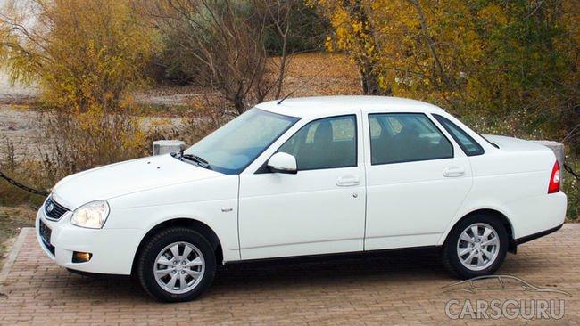 Белый седан марки LADA был первым автомобилем большинства водителей России