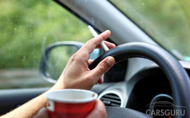 Скоро водителям России могут запретить курить за рулем