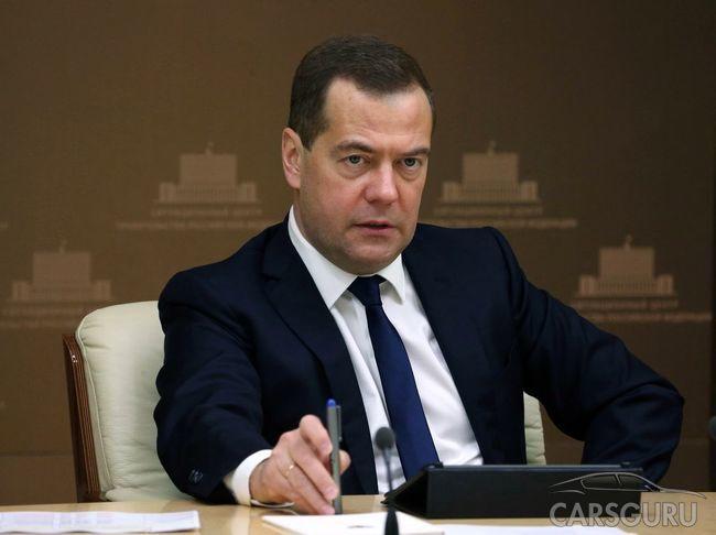 Медведев подписал две новые поправки к ПДД
