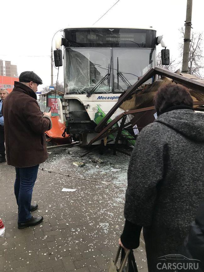 В столице автобус наехал на остановку, есть пострадавшие