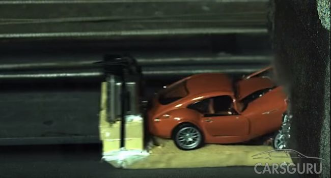Краш-тест игрушечных автомобилей о бетонный барьер на скорости 200 км/ч!