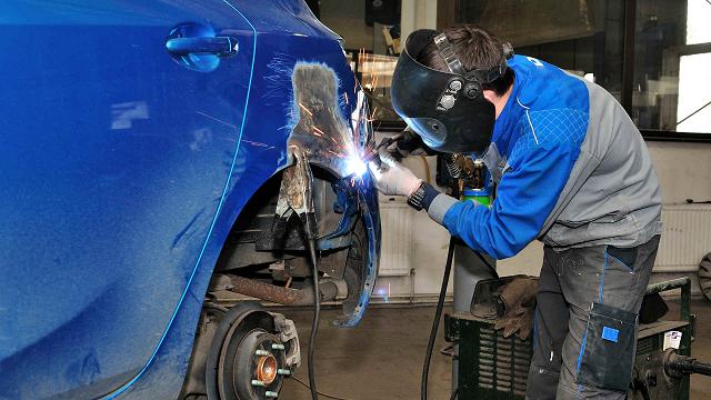 Кузовной ремонт авто у профессионалов или своими руками.